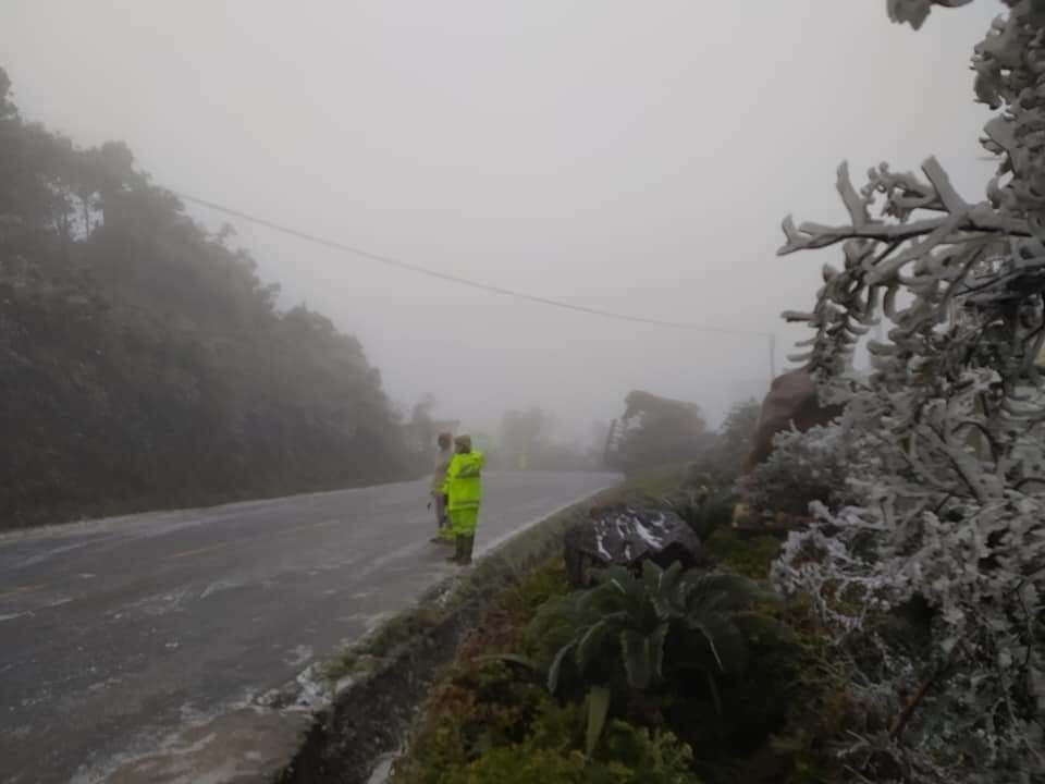 Băng tuyết phủ kín, Lào Cai và Lai Châu chốt chặn cấm đường