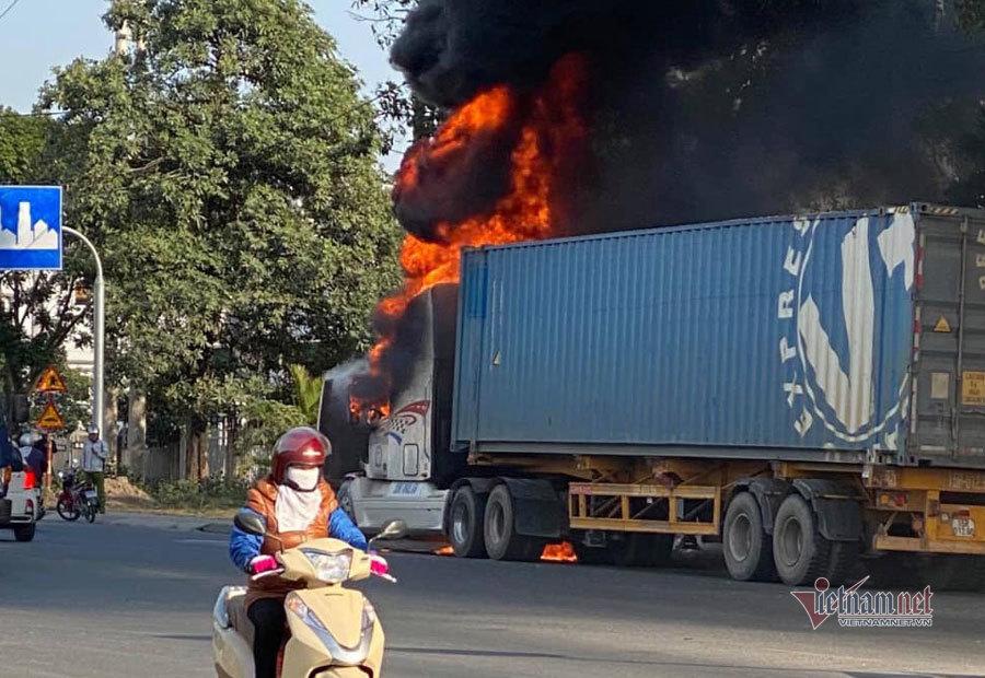 Xe container bất ngờ bốc cháy trên quốc lộ