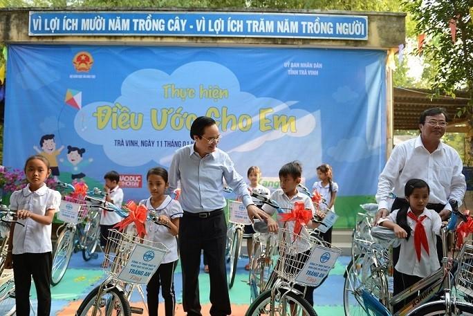 Bộ trưởng GD-ĐT tặng phòng máy tính, xe đạp cho học sinh Trà Vinh