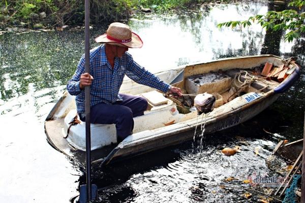 Người đàn ông vớt rác mỗi ngày trên dòng kênh