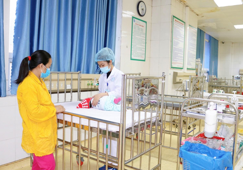 Cháu A. thời điểm điều trị tại Bệnh viện Sản Nhi Bắc Giang - Ảnh: BVCC