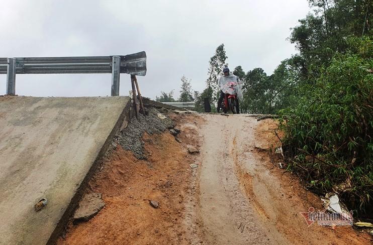 Cầu 240 tỷ đồng xây xong vẫn nằm chờ đường dẫn