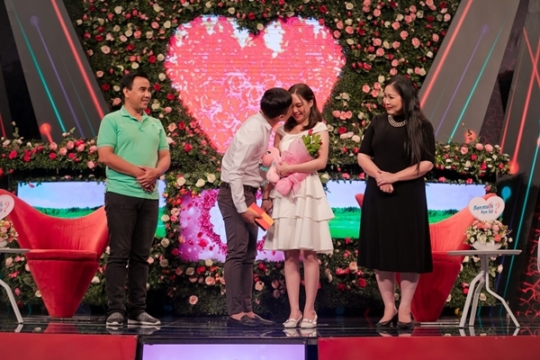 Cặp đôi mát-xa cho nhau trên sân khấu kết hôn sau 1 năm hẹn hò