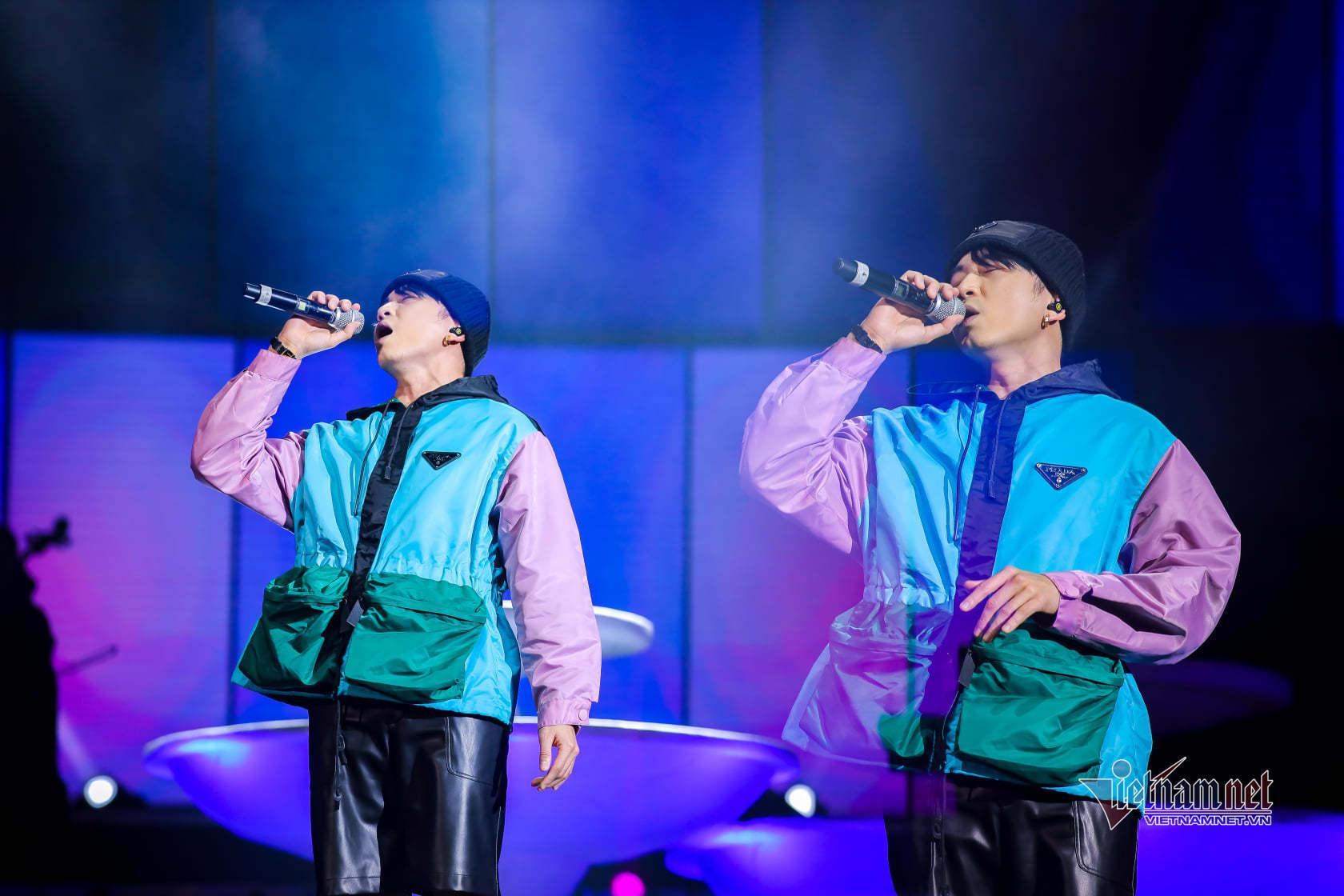 Mỹ Tâm cởi áo khoác rời sân khấu xuống giao lưu với 3000 khán giả