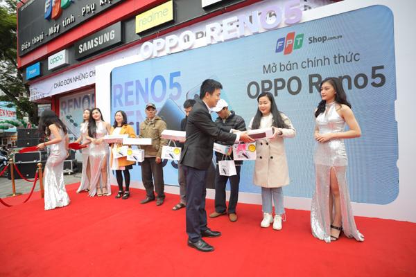 Oppo Reno5 'chào sân' ấn tượng với 42.000 đơn hàng