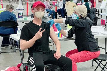 Nhật Tinh Anh tiêm vaccine Covid-19 ở Mỹ