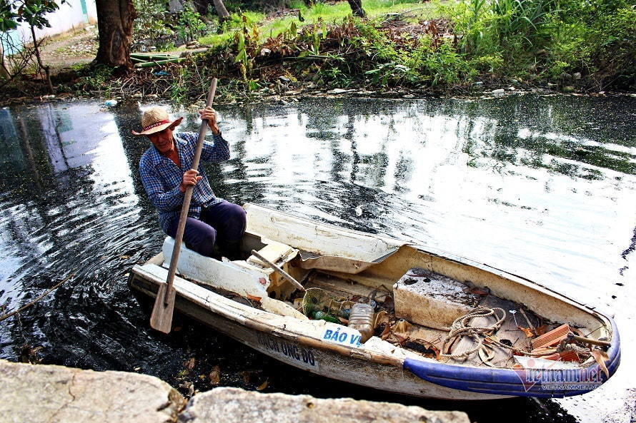 Saigon man removes trash from dirty city canal every day