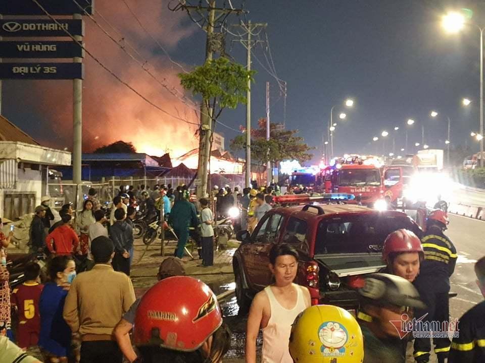 Biển lửa trùm xưởng gỗ bên quốc lộ, giao thông tê liệt 5km