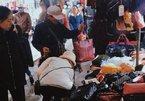 Cảm động hình ảnh người đàn ông bán hàng rong dành dụm tiền đi mua quà tặng vợ