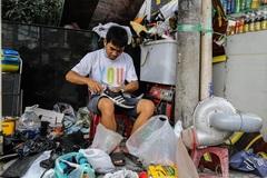 Thợ giày vỉa hè Sài Gòn 'tá hỏa' khi nhận sửa đôi giày cũ giá 23.000 USD