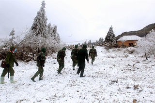 Mountain border turn white with snow, border guards work harder