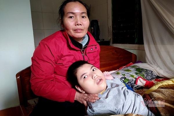 Mẹ đơn thân 10 năm còng lưng bán rau nuôi con bại não
