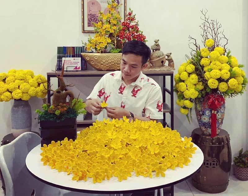 Ben Tre man makes peach flowers from wool
