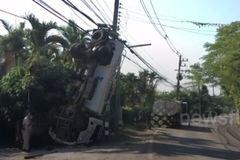 Xe hút bể phốt mất lái tông cột điện lộn ngược