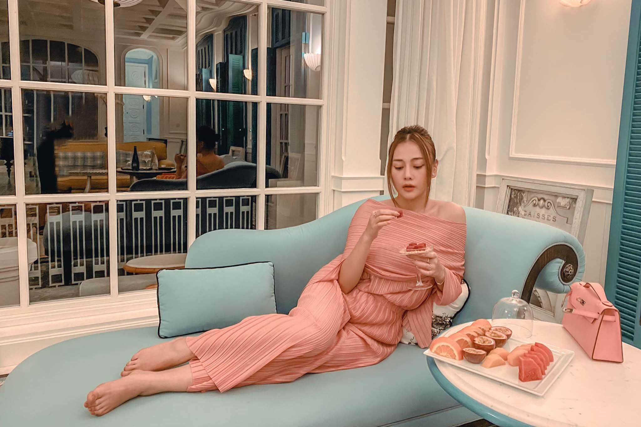 Phương Oanh 'Quỳnh búp bê' tuổi 32 xinh đẹp, nổi tiếng và giàu có