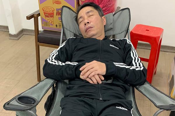 Công Lý ngủ ly bì sau 15 tiếng liên tiếp tập Táo Quân 2021