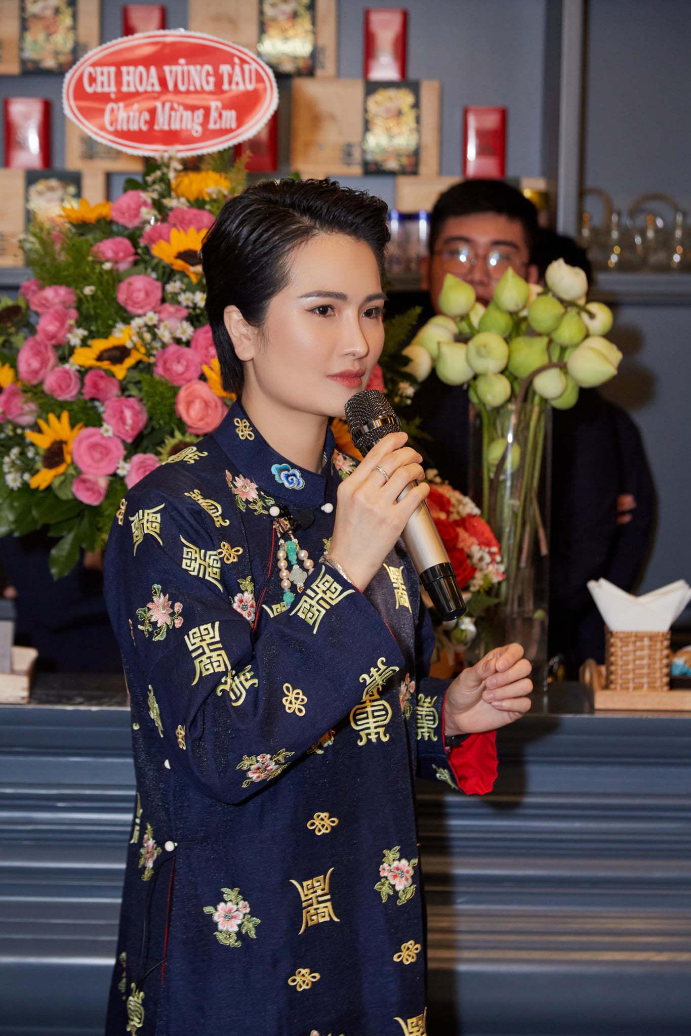 Kim Tuyến, Phi Nhung chúc mừng Cao Thuỳ Dương ra mắt sách