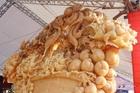 'Phát sốt' với giỏ hoa Tết bằng ngọc nặng 1,5 tấn, giá gần 700 triệu đồng