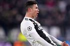 Ronaldo gia hạn hợp đồng Juventus thêm 1 năm
