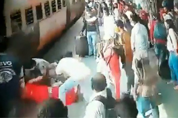 Phản ứng nhanh như chớp cứu cô gái ngã vào đoàn tàu đang chạy