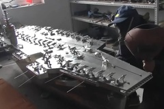 Thợ hàn chế mô hình tàu sân bay bằng thép có thể điều khiển từ xa