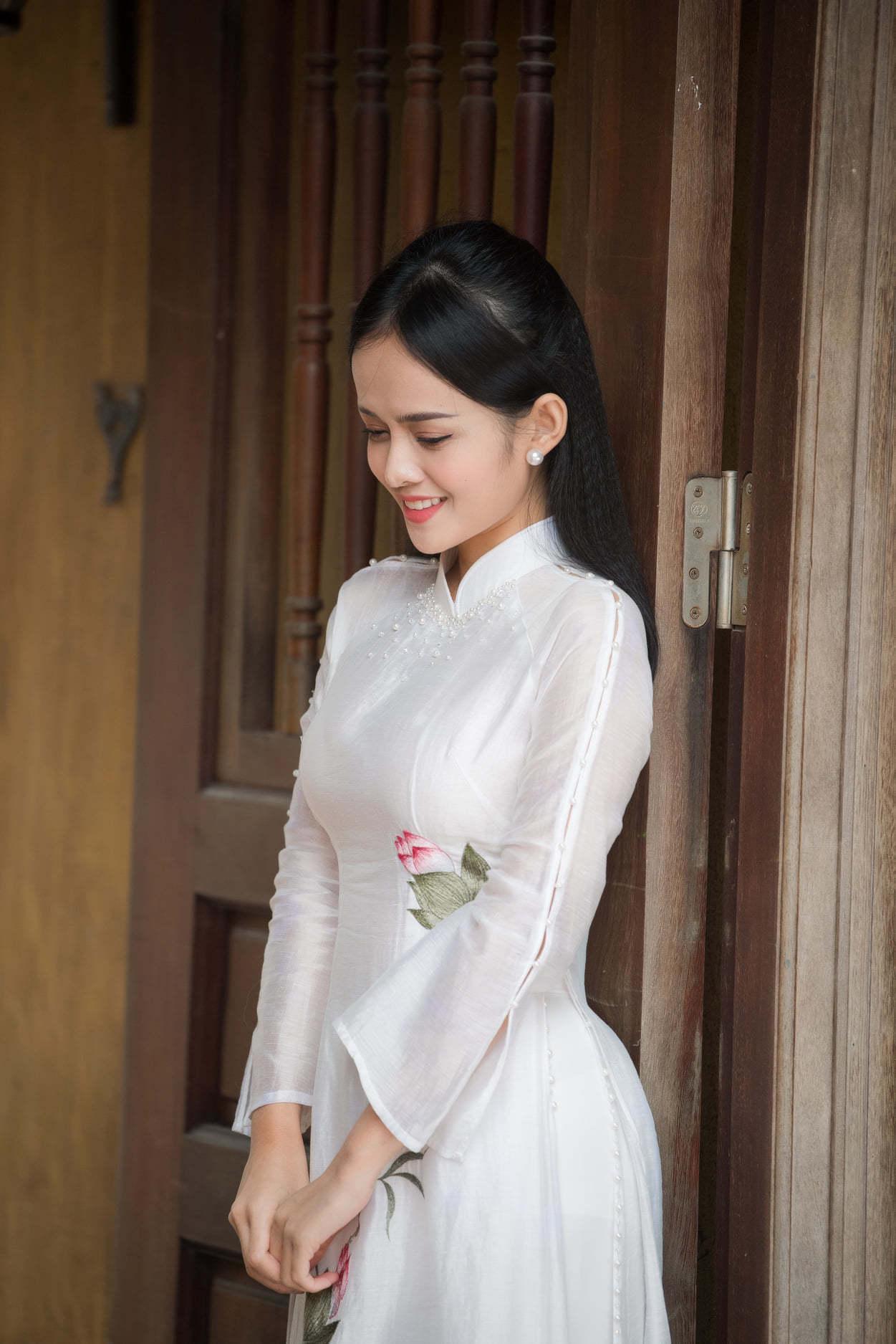 MC Thanh Trúc diện áo dài trắng mong manh giữa giá rét