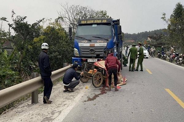 Xe tải cuốn xe máy vào gầm, hai bố con ở Quảng Bình tử vong