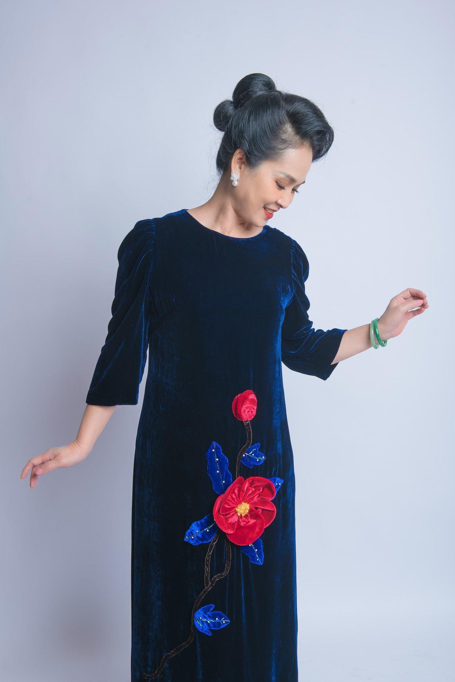 NSND Lan Hương sang trọng với đầm nhung sắc màu