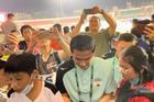 HAGL thua trận, Kiatisuk vẫn được fan 'yêu' cuồng nhiệt