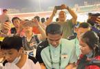 HAGL thất bại, Kiatisuk bị fan quây chặt ở sân Thống Nhất