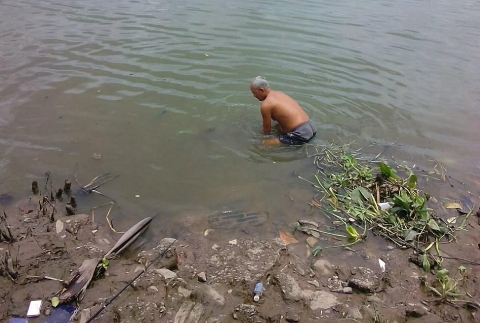 Ông lão 10 năm đi chống ngập, từng suýt chết vì nước cuốn
