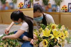 Hậu ồn ào chuyện gia đình, vợ cố ca sĩ Vân Quang Long lặng lẽ ngồi cắm hoa viếng chồng