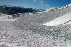 Sống sót thần kỳ sau tuyết lở từ sườn núi cao hàng trăm mét