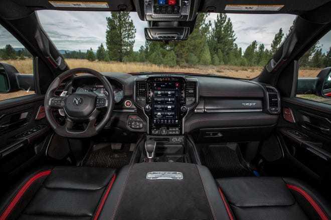 Màn hình giải trí trong ô tô ngày càng lớn hơn, liệu có an toàn?