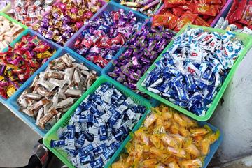 Người tiêu dùng cẩn trọng hơn khi mua bánh kẹo Tết