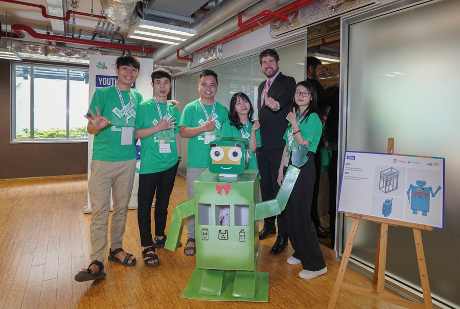 Da Nang students create robot that collects trash, answers tourist queries