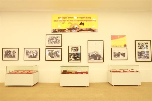 Trưng bày nhiều tư liệu quý tại triển lãm 'Đảng ta thật là vĩ đại'