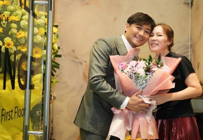 Bà xã Quý Bình: 'Tôi không ghen và thông cảm cho nghề nghiệp của chồng'