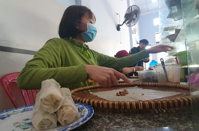 'Bí mật' quán bánh cuốn ở Bình Định, bà chủ bán vèo cả nghìn cái/ngày