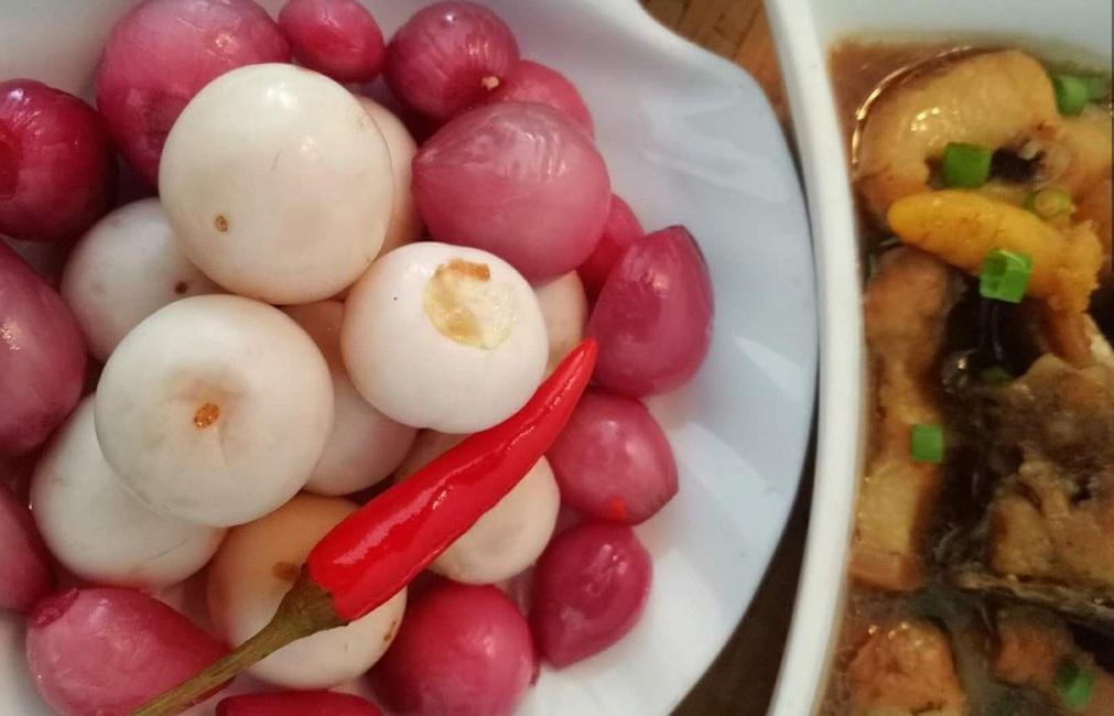 Cách làm hành muối giòn ngon, đỏ rực rỡ, đánh thức hương vị Tết