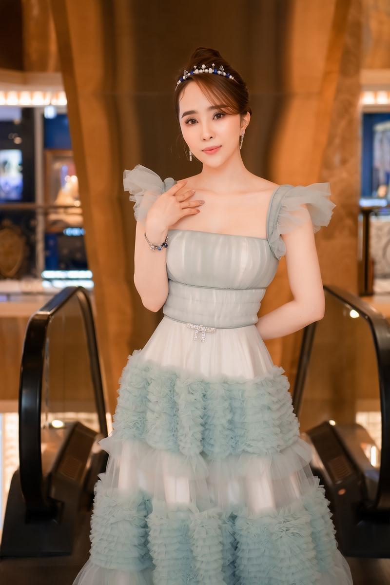Quỳnh Nga đeo vương miện gần 100 triệu dự sự kiện