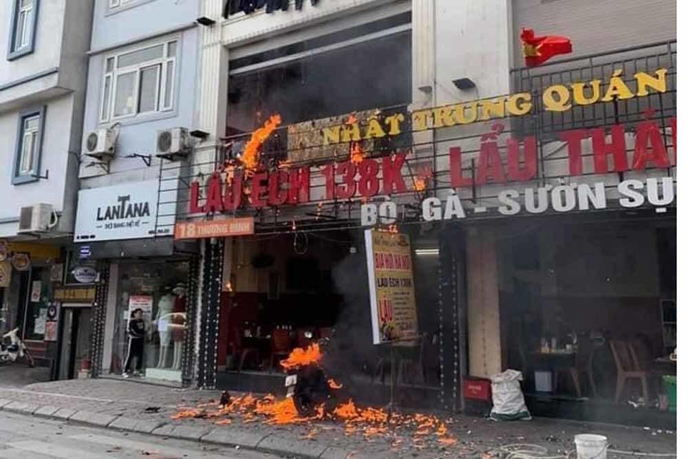Lửa bao trùm thiêu rụi nhà hàng lẩu 5 tầng ở Hà Nội