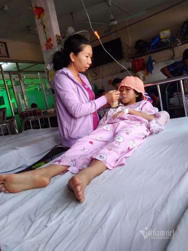 Bé gái xinh xắn kiệt quệ vì căn bệnh ung thư hiếm gặp