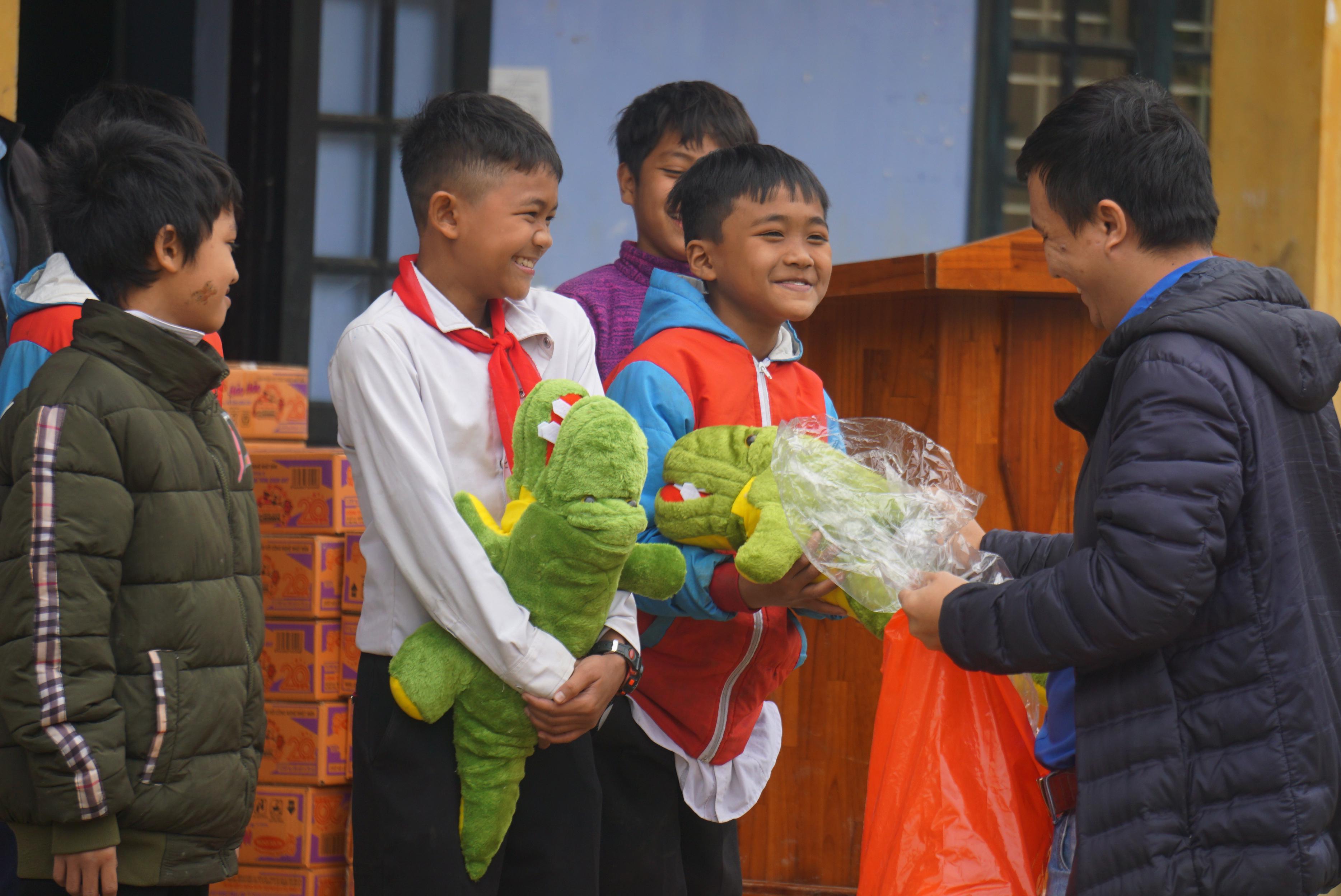 VietNamNet đồng hành mang 'mùa xuân nhân ái' đến học sinh vùng cao