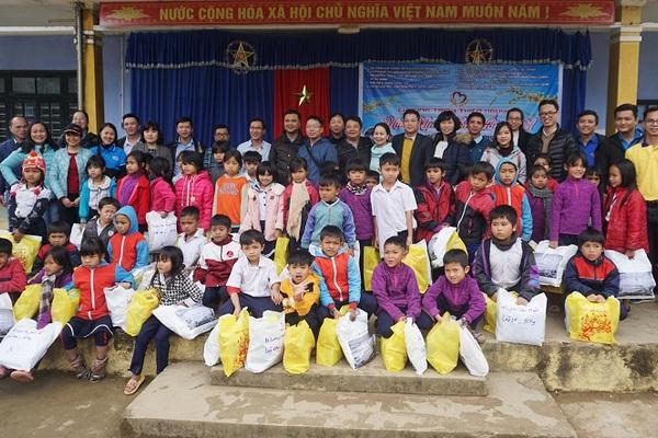 """VietNamNet đồng hành mang """"mùa xuân nhân ái"""" đến học sinh vùng cao"""