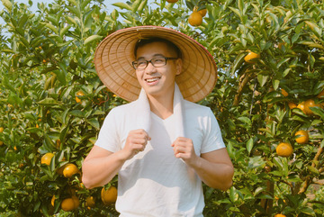 Young man from Hanoi returns to his hometown to grow oranges, make billions of VND