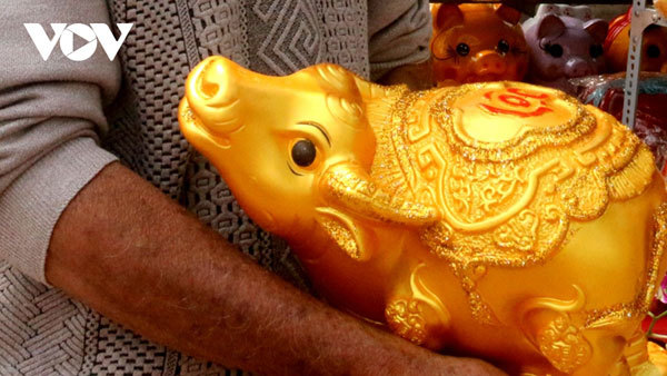 Buffalo-shaped ceramics go on sale ahead of Tet