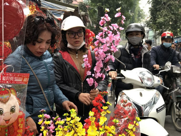 Bustling Hanoi street gears up for upcoming Tet holiday