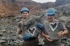 Bất ngờ phát hiện khối đá chứa hình lạ, có người hỏi mua 2,7 tỷ đồng
