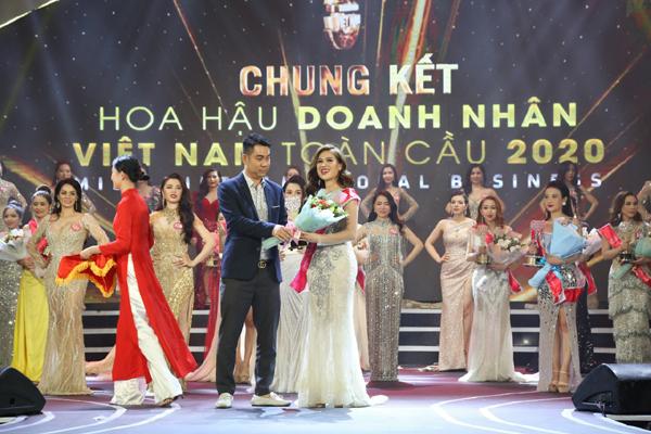 Nhà báo Trung Hoàng trao giải người đẹp truyền thông 2020
